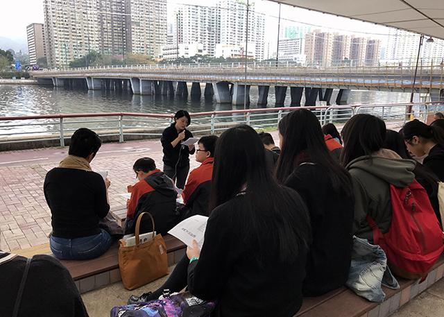 鄒芷茵博士於沙田城門河為培僑書院同學解讀沙田文學風景