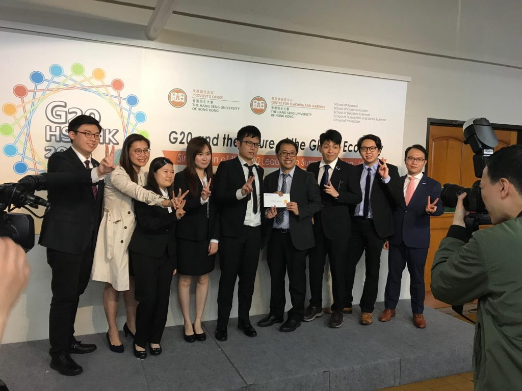 G20模擬峰會籌委會委員陳志明博士向本系代表頒發「最投入參與隊伍」