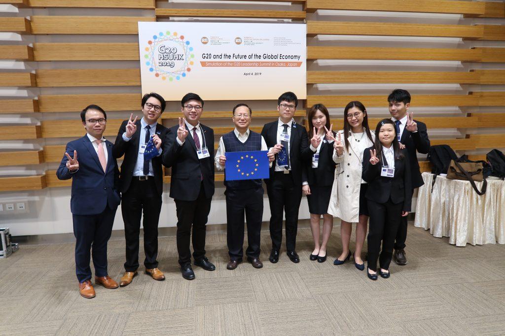 中文系系主任張光裕教授(中)與指導老師林永堅博士、馮慧心博士,以及本系「G20峰會」代表隊同學合照