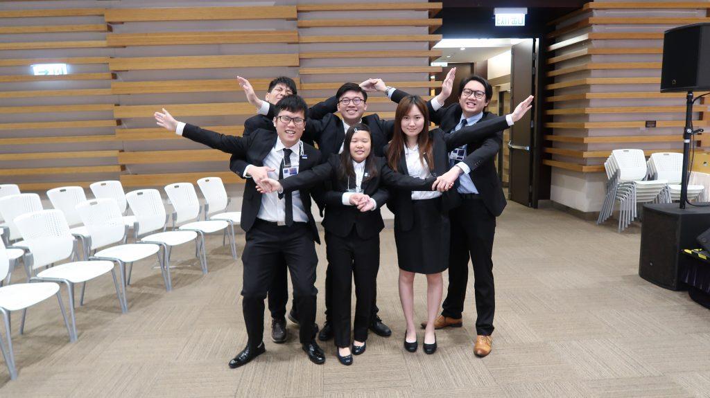 中文系代表隊同學合作模仿歐盟的星星標誌