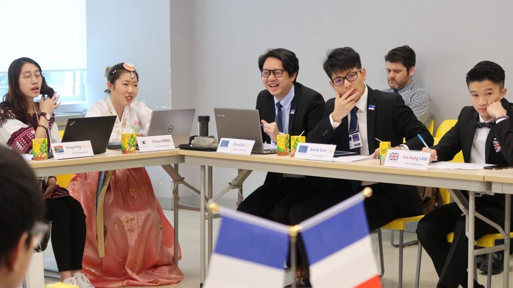 外長薛楚潮同學及李國琛同學(左三、左四)於會議中與其他國家代表交流意見