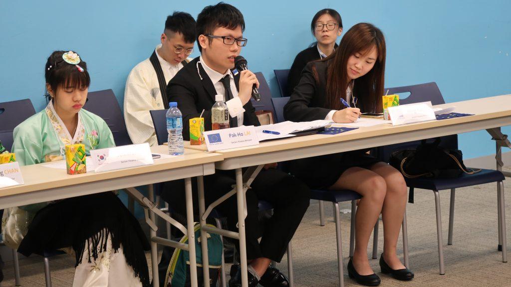黎博顥同學(中)與李銘欣同學(右)於財長會議積極發言