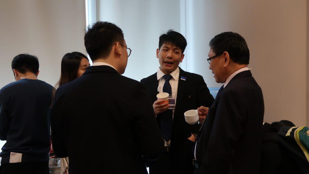 外長李國琛同學(右二)向常務副校長方梓勳教授分享其對外交政策的看法