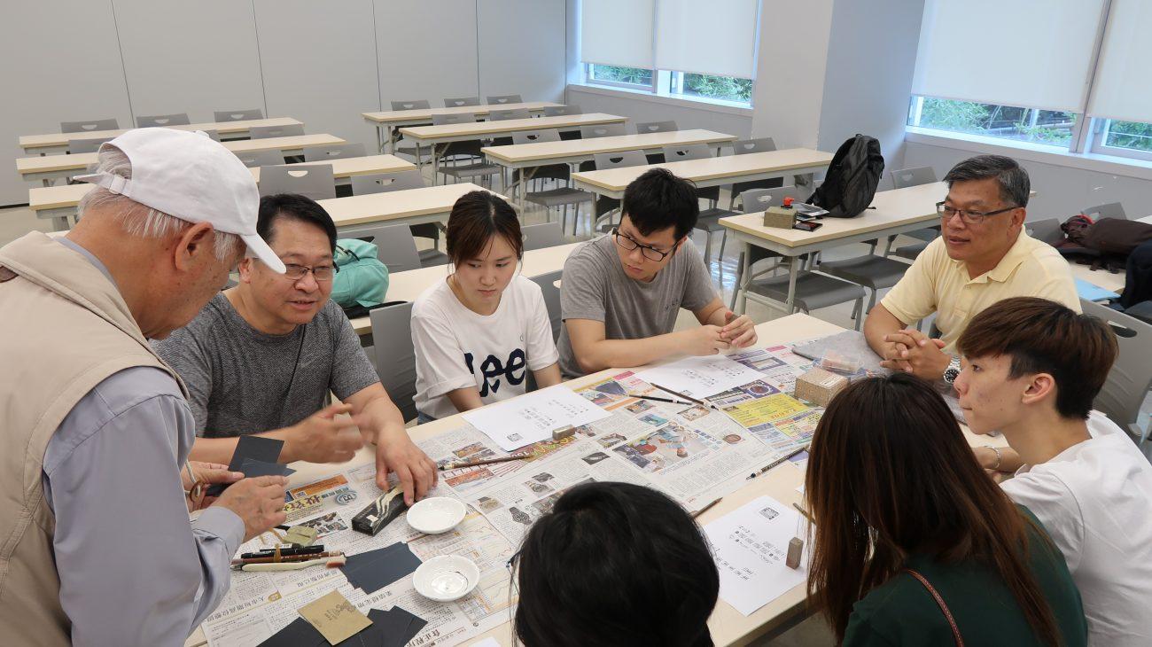 老師向學員細心講解各種篆刻工具
