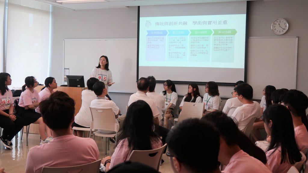 中文(榮譽)文學士課程副總監郭詩詠博士向新生簡介本系課程內容及目標
